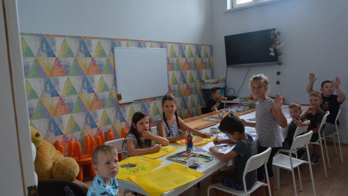 Zdjęcie przedstawia dzieci- uczestników warsztatów malowania na torbach i koszulkach