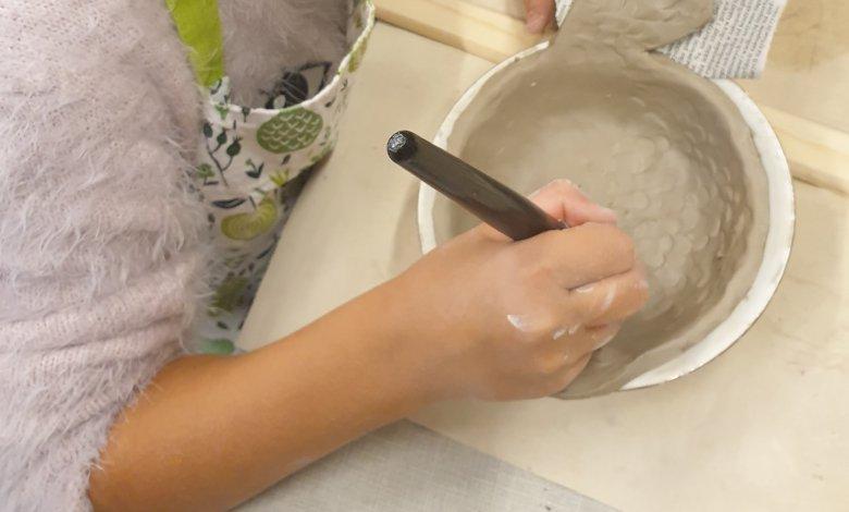"""Zajęcia """"Ceramika - Rękodzieło""""  przeznaczonego dla wszystkich grup wiekowych."""